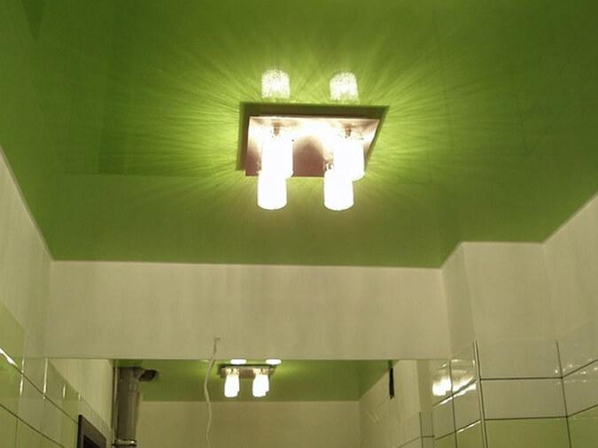 лампа с направленным светом. натяжной потолок.