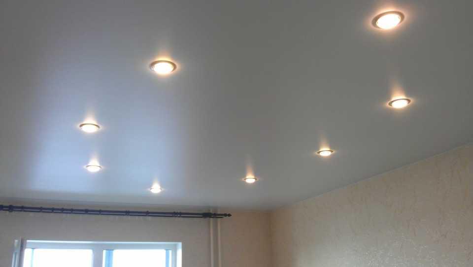 точечный светильник. натяжной потолок.